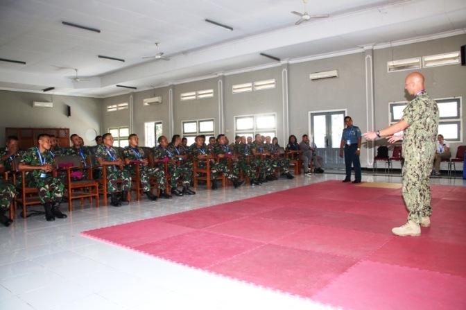 Prajurit TNI AL Menerima Pelatihan Force Protection