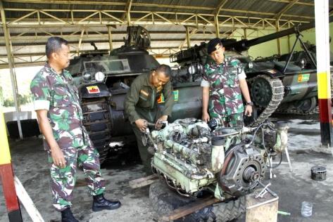 Wadan Yonkav 6 NK Mayor Kav Gunantyo Ady Wiryawan kanan sedang memeriksa pekerjaan prajurit yang memperbaiki mesin tank. (Medan Ekspres)