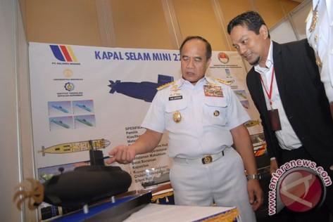 Asia Pasific Submarine Conference 2017- KSAL Laksamana TNI Ade Supandi (kiri) didampingi Arsitek Angkatan Laut dari PT Palindo Marine Mukti Syarif Rifai (kanan) mengamati miniatur kapal