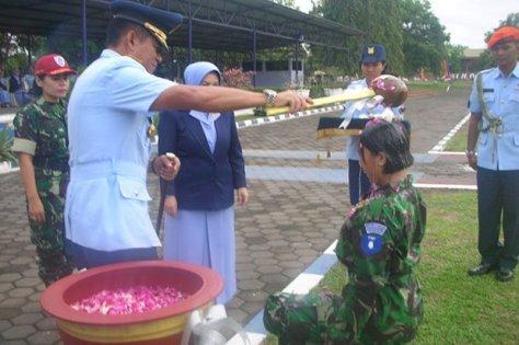 Danlanud Adisutjipto Marsma TNI Novyan Samyoga menyiram air bunga kepada perwakilan siswa Semaba Wara Angkatan 42 tahun 2017 di Lapangan Jupiter, Senin 16 Oktober 2017. (Koran SINDO)