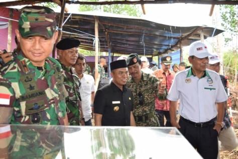 Danrem bersama Bupati Sambas, Atbah Romin Suhaili, dan Tentara Diraja Malaysia tengah memantau patok batas A73, Sabtu (3009), di Dusun Camar Bulan, Desa Temajuk, Kecamatan Paloh. (Prokal