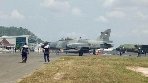 Hawk 200 dan C-130 Hercules mendarat di Bandara Radin Inten. (TribunNews)