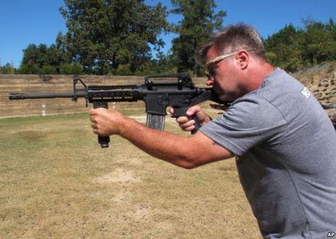 Instruktur penembak Frankie McRae menggunakan senjata AR-15 yang dipasangi bump stock di Klub Tembak 37 PSR di Bunnlevel, North Carolina, 4 Oktober 2017.