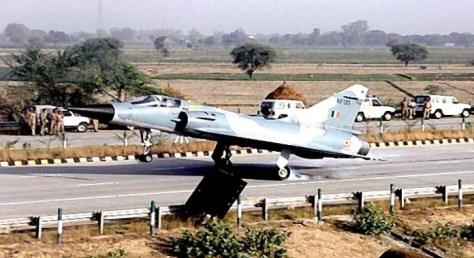 Jet tempur milik IAF mendarat di jalan tol. (Getty)