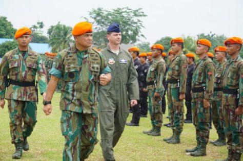 Korpaskhas Marsda TNI T. Seto Purnomo memimpin upacara penutupan Latihan Bersama dengan sandi Latma JCET Arrow Iron TA.2017. (TNI AU)