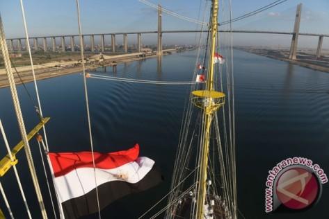 KRI Bima Suci Melintasi Terusan Suez KRI Bima Suci melintasi Terusan Suez dalam perjalanan dari Port Said, Mesir menuju Jeddah, Arab Saudi, di Mesir, Rabu (11102017).