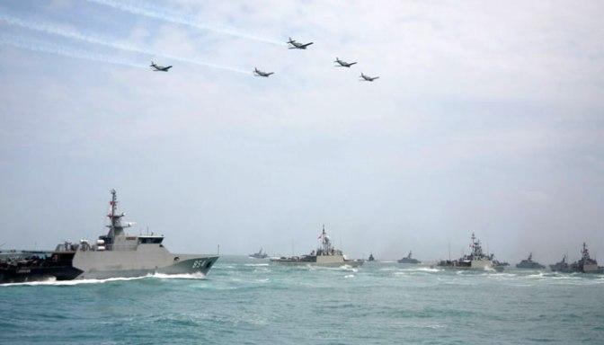 Kapal Perang Unjuk Kebolehan di HUT TNI