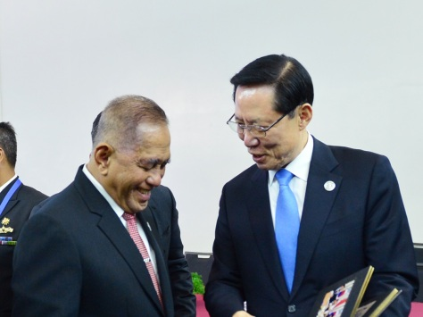 Menteri Pertahanan Ryamizard Ryacudu dan Menteri Pertahanan Nasional Republik Korea HE Song Young-Moo di sela-sela mengikuti Sidang ke-11 ADMM dan Sidang Ke-4 ADMM PLUS. E