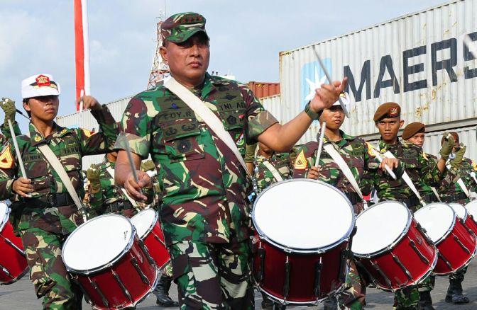Pangkostrad Unjuk Kemahiran Bermain Genderang Bersama Taruna Akmil Saat Gladi HUT ke-72 TNI