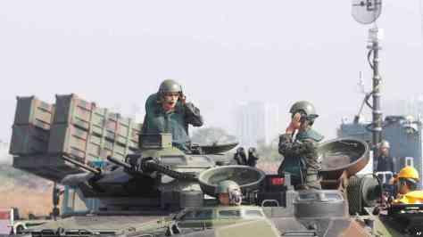 Prajurit di atas kendaraan lapis baja amfibi jenis AAV7 berlatih berkomunikasi dalam latihan militer di pangkalan angkatan laut Zuoying, Taiwan selatan, 18 Januari 2017.