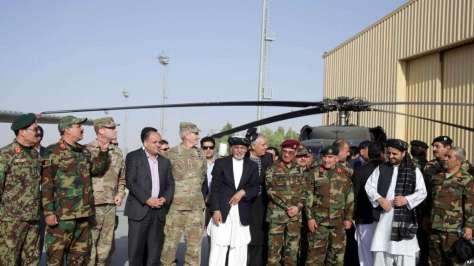 Presiden Afghanistan Ashraf Ghani, tengah, berpose bersama pejabat militer AS dan Afghanistan saat penerimaan dua helikopter Black Hawk dari pemerintah AS, di Lapangan Udara Kandahar, Af