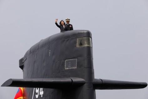 Presiden Taiwan, Tsai Ing-wen, melambaikan tangannya saat ia menaiki kapal selam kelas Hai Lung (SS-794) dalam kunjungannya ke pangkalan Angkatan Laut Taiwan, di Kaohsiung, Taiwan, Selas
