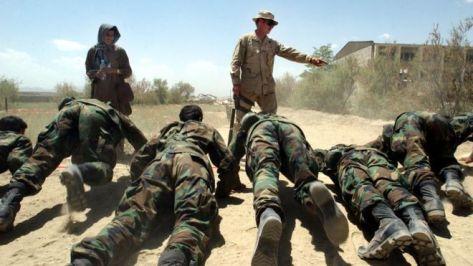 Seorang personel kesatuan Baret Hijau Angkatan Darat AS melatih pasukan Afghanistan di Kabul, 2002 lalu. (gettyimages)