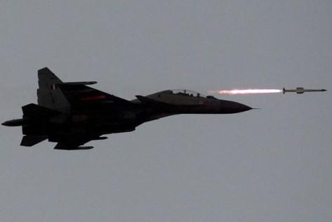 Sukhoi Su-30MKI milik Angkatan Udara India menembakkan peluru kendali udara-ke-udara dalam latihan di Pokhran wilayah Rajasthan, India, Jumat (18032016). (REUTERS)