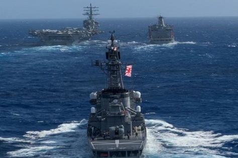 USS Ronald Reagan, saat patroli dengan kapal perang Jepang di sebuah perairan di kawasan semenanjung Korea. (REUTERS)