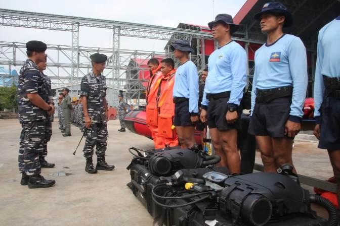 Drill Lapangan Latihan Penyelamatan Kapal Selam TNI AL