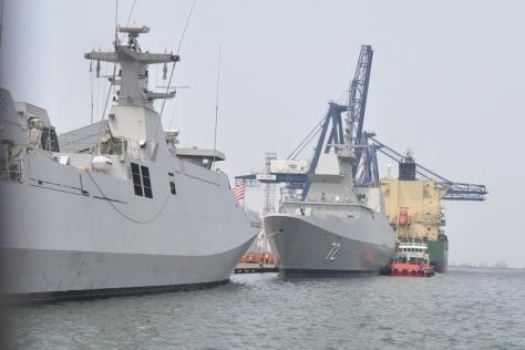 Fregat RSS Stalwart-72 dan KRI Frans Kaisiepo-368 (TNI AL)