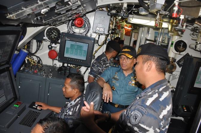 Kabaranahan Kemhan Tinjau KRI Nagapasa-403 TNI AL