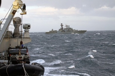 Kapal Angkatan Laut Inggris, HMS Somerset, membayangi kapal perang Rusia, Vice Admiral Kulakov di Moray Firth. (Mirror)