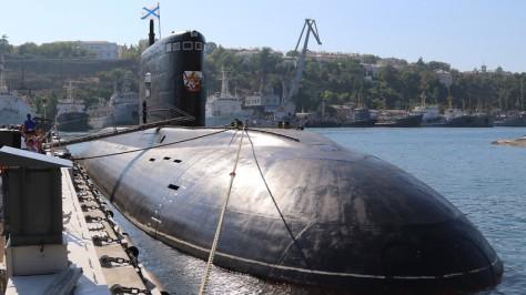 Kapal selam Warshavyanka saat kembali dari penugasan di Laut Tengah. (TASS)