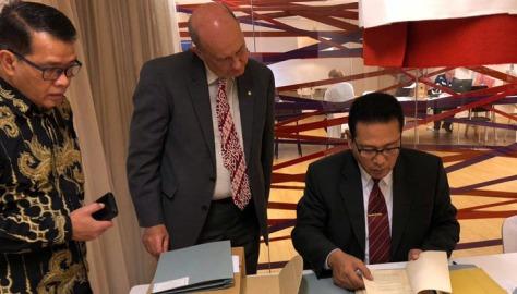 Kolonel Laut (E) Yanuar Handwiono melihat buku indeks arsip pemetaan yang ada di Arsip Nasional Belanda pada kunjungan ke Arsip Nasional Belanda di kota Den Haag.
