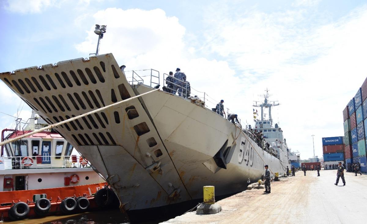KRI Teluk Lampung - 540 Menurunkan Pasukan Tempur Amphibi Di Pelabuhan Dwikora