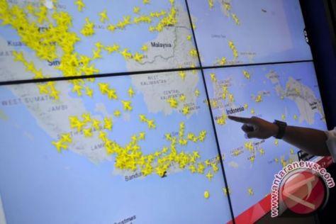 Navigasi Udara Natura Petugas menunjukkan kondisi 'real time' lalu lintas ruang udara Indonesia dengan aplikasi flight radar 24 milik Airnav Indonesia di Jakarta, Rabu (1609). (Antara)