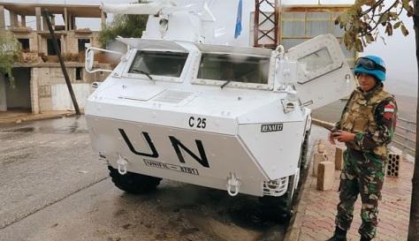 Pasukan penjaga perdamaian PBB asal Indonesia berpatroli di dekat perbatasan Libanon-Israel di selatan Adaisseh, Libanon, Selasa (22112017). (REUTERS)