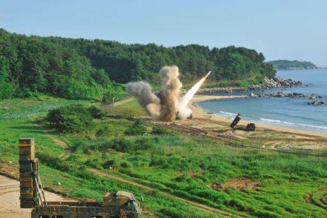Sistem pertahanan M270 menembakkan sebuah misil taktis MGM-140 ke arah Laut Jepang (Laut Timur), dari sebuah lokasi yang tidak diketahui di pantai timur Korea Selatan, Rabu (05072017). (
