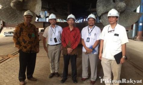 DEPUTY of Head Mechanical and Manufacturing Derby University, Dani Harmanto (merah), mengunjungi galangan PT PAL Indonesia di Surabaya, Selasa, 19 Desember 2017.