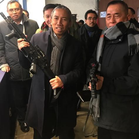Direktur Bisnis Produk Hankam PT Pindad,Widjajanto, dan Menteri Pertahanan RI, di sela-sela demo tembak aneka senapan serbu produk FN Herstal Belgium. (Widja 2017)