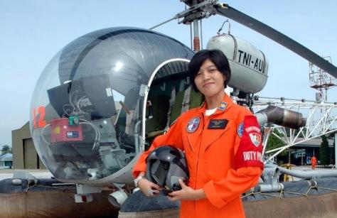 Fariana Dewi Djakaria, perempuan pertama Indonesia yang menjadi pilot helikopter tempur TNI AU. (penerbang-angkasa.blogspot)