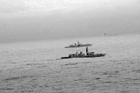 Gambar dari kamera inframerah dari sebuah helikopter menunjukkan kapal perang Angkatan Laut Inggris HMS St. Albans mengawal kapal perang Rusia Admiral Gorshkov saat kapal tersebut melint