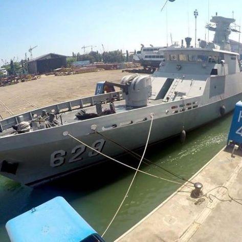 KRI Sampari-628 dan KRI Tombak-629 keluar dari bengkel Asembly Divisi kapal perang PT PAL. (Keris) 1