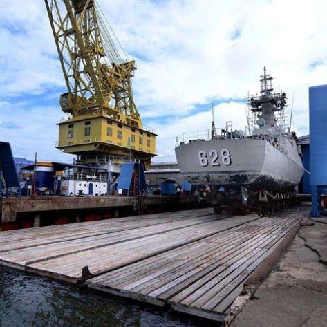 KRI Sampari-628 dan KRI Tombak-629 keluar dari bengkel Asembly Divisi kapal perang PT PAL. (Keris)