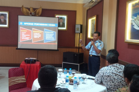 Panglima Komando Pertahanan Udara Nasional (Pangkohanudnas) Marsekal Madya (Marsdya) Yuyu Sutisna, memberi penjelasan kepada awak media, di Mako Kohanudnas, Halim Perdana Kusumah, Jumat