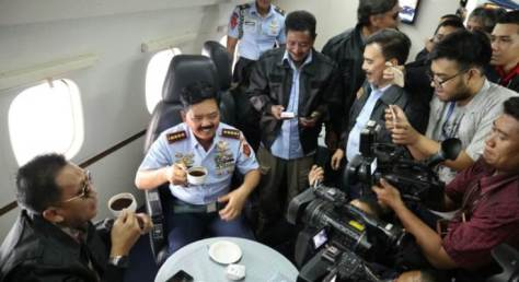 Panglima TNI Ajak Awak Media Ngopi Bareng Di Pesawat C-130 Hercules