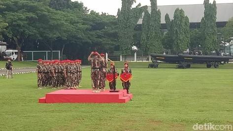 Panglima TNI Marsekal Hadi mendapat baret dan brevet kehormatan dari Kopassus. (Seysha Desnikia)