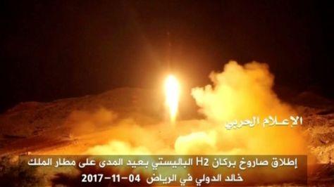 Peluncuran rudal balistik oleh pasukan Houthi yang ditujukan ke Bandara King Khaled pada hari Sabtu. [Gambar diambil dari video yang dibagikan oleh stasiun televisi Yaman pro-Houthi Al M