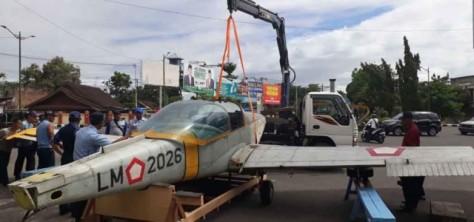 Pesawat AS-202 Bravo diangkut ke bundaran Bandara Selaparang, Rembiga. Pesawat latih TNI AU itu akan berdiri sebagai monumen dirgantara. (Suara NTB)