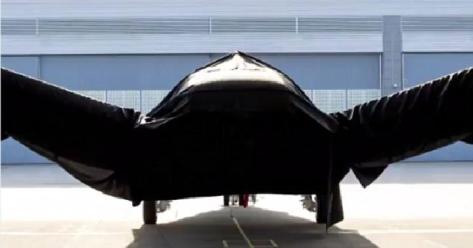 Pesawat rahasia Boeing ditutup kain hitam. (Daily Mail)