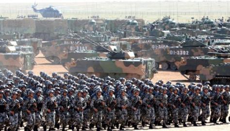 Tentara Pembebasan Rakyat China (PLA) ambil bagian dalam parade militer untuk memperingati ulang tahun ke-90 berdirinya angkatan darat, 30 Juli 2017. (China Daily)
