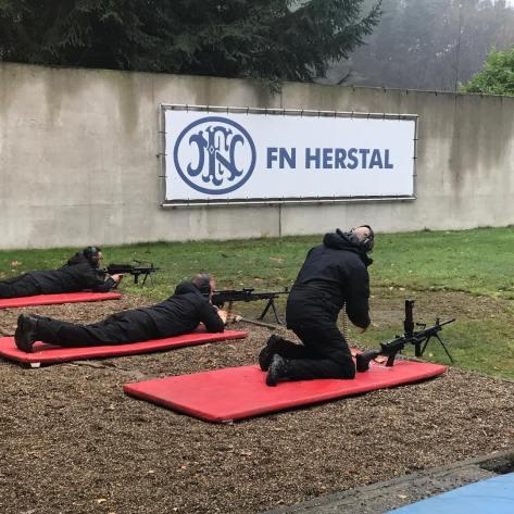 Tim FN Herstal sedang persiapan demo aneka senapan otomatis 5,56mm sampai 7,62mm dan .50 cal dalam kunjungan Menteri Pertahanan RI, Ryamizard Ryacudu. (Widja 2017)