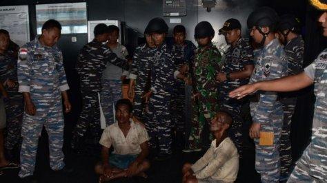 Aparat KRI Teluk Bintuni 520 menahan kedua orang terduga perompakan dan membawanya ke Lanal Tanjung Balai Karimun untuk pemeriksaan lebih lanjut. (Dispenal)