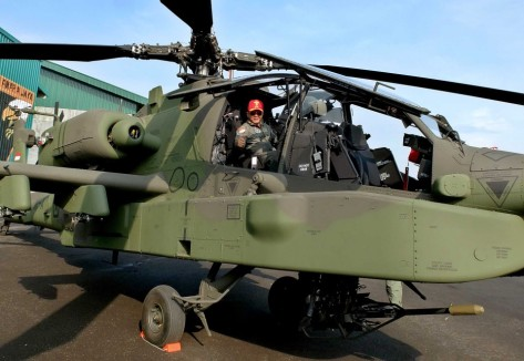Danpuspenerbad Mayjen TNI Besar Harto Karyawan berada di dalam helikopter AH-64 Apache, di Markas Skadron 11 Serbu Penerbad Semarang, Jawa Tengah, Kamis (4 1). (Antara)