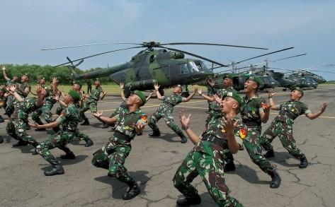 Helikopter TNI AD Prajurit Korps Penerbangan Angakatan Darat (Penerbad) berada di atas helikopter AH-64 Apache, di Markas Skadron 11 Serbu Penerbad Semarang, Jawa Tengah, Kamis (4 1). (A