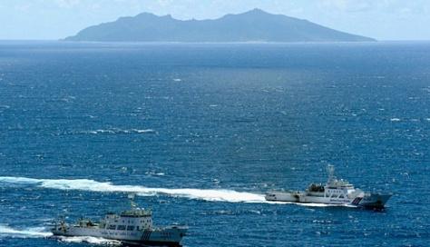 Kapal patroli Cina, Haijian No. 51 (kiri) berlayar di samping kapal patroli Jepang Ishigaki dekat Pulau Uotsuri di wilayah Kepulauan Senkaku (versi Jepang) dan Kepulauan Diaoyu (versi Ci