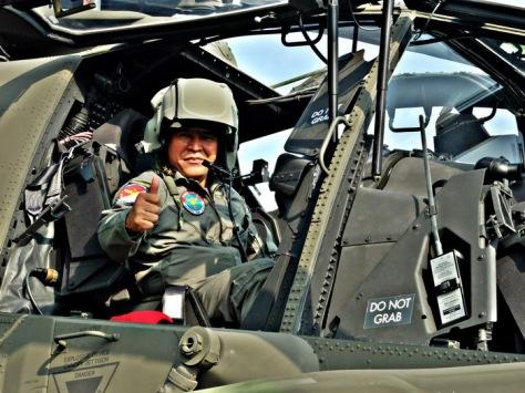 Mayjen TNI Besar Harto K mengacungkan jempol saah mencoba duduk di helikopter Apache yang memperkuat Skadron 11 Serbu di Semarang. (Chandra AN)