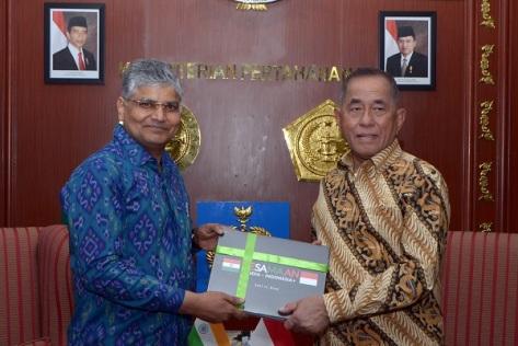Menteri Pertahanan Ryamizard Ryacudu dan Dubes India untuk Indonesia H.E. Mr. Pradeep Kumar Rawat. (Kemhan)