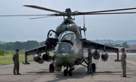 Mi-35 TNI AD Pajurit Korps Penerbangan Angkatan Darat (Penerbad) berada di dekat helikopter Mi-35 buatan Rusia, di Markas Skadron 31 Serbu Penerbad Semarang, Jawa Tengah, Kamis (4 1). (A